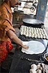 Paratha pain sur une plaque chauffante, Cochin, Kerala, Inde
