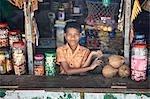 Anbieter verkaufen Lebensmittel, Süßigkeiten und frische Kokosnüsse, Indien
