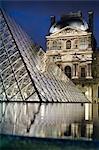 Musée du Louvre et pyramide pendant la nuit, Paris, France