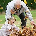 Grand-père et petite-fille de plein air