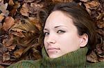 Femme couchée en automne les feuilles, Mannheim, Bade-Wurtemberg, Allemagne