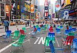 Chaises de jardin dans la rue pour le public de s'asseoir dans le piétonnier zone de Times Square, New York City, New York, États-Unis d'Amérique, Amérique du Nord