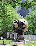 Initialement, la sphère, se tenait au World Trade Center il a été endommagé au cours de la 11attack 9 et par la suite déménagé à Battery Park où il se trouve comme un mémorial, New York City, New York, États-Unis d'Amérique, l'Amérique du Nord