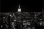 Empire state building et le paysage urbain de nuit
