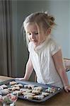 Little Girl décorer des biscuits de Noël