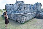 Frau Blick auf Maya-Ruinen, Tulum, Mexiko
