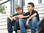 Deux jeunes garçons assis sur les marches