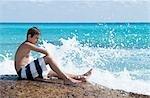 Garçon assis en Surf, Playa del Carmen, péninsule du Yucatan, Mexique
