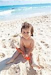 Bébé garçon jouant dans le sable, Playa del Carmen, péninsule du Yucatan, Mexique