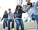 Adolescents en cours d'exécution dans les escaliers