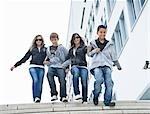 Adolescents en descendant des marches