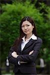 Femme chinoise en regardant la caméra avec bras croisés