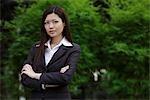 Femme chinoise en regardant la caméra avec le dossier des armes à l'extérieur