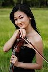 Porträt Frau holding Cello und Bogen und Lächeln