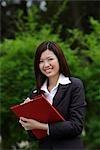 Femme chinoise en écrivant à bord clip rouge