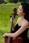 Gros plan de femme tenant violoncelle