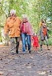 Marche à l'extérieur à l'automne de la famille élargie