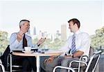 Les hommes d'affaires parler au café