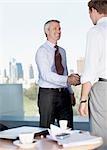 Hommes d'affaires, serrant la main dans le cafe