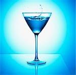 Gros plan de blue martini cocktail