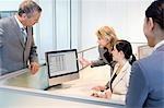 Geschäftsfrau, die Überprüfung der co-Worker Arbeit am monitor