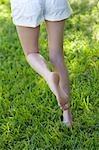 Femme qui marche dans l'herbe, Miami Beach, comté de Dade, Floride, États-Unis