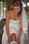 Jeune mariée mettre sur point mousse