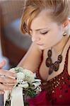 Jeune femme tenant un bouquet de mariée, gros plan