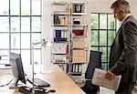 Homme d'affaires ayant qualité pour agir devant son bureau journal