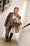 Homme avec un bouquet de marcher à l'étage, vue surélevée