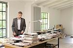 Homme regardant des magazines et des livres sur une table