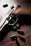 Eine Pistole mit Kugeln