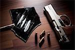 Stillleben mit einer Pistole, Aufzählungszeichen und Linien Kokain