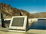 Plaque de Hoover Dam montrant la ligne de démarcation entre États Nevada et Arizona