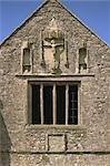 Abbaye de Cleeve. La crucifixation statue et inscription Pierre sur la face intérieure de la tour-porche.