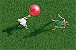 Mère et enfant jouant à la balle