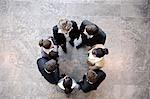 Groupe de gens d'affaires formant le cercle