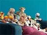 Mature femme endormie entourée de jouets