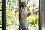 Femme mature au repos contre porte