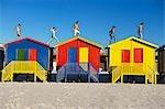 Course de groupe sur le dessus de cabanes de plage