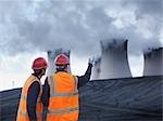 Magasin de charbon inspectant les travailleurs