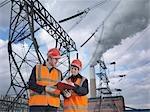 Hommes & femmes travailleurs à la centrale électrique