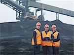 Travailleurs dans le magasin de charbon dans une centrale électrique