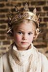 Junge Mädchen tragen goldene Krone