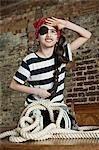 Junges Mädchen verkleidet als Pirat, suchen in Ferne