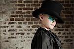 Junges Mädchen verkleidet als Zauberer Hut tragen