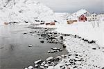 Village dans le paysage côtier, Skjelfjord, Flakstadoya, Loftofen, Norvège