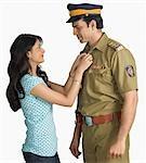 Profil de côté d'un policier avec sa femme