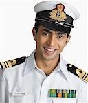 Porträt eines Marine-Offiziers lächelnd