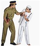 Policier qui menacent un prisonnier